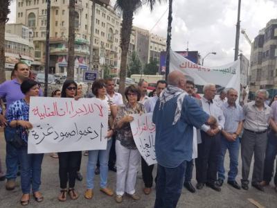 """العشرات يتظاهرون برام الله رفضًا لاستمرار """"العقوبات"""" المفروضة على غزة"""