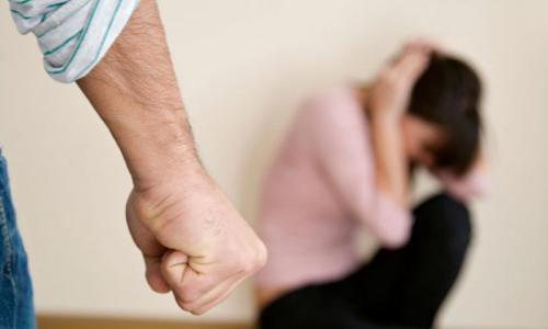 رجل خمسيني يشوه وجه زوجته حتى لا يعجب بها أحد