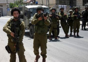 قوات الاحتلال تنصب بوابات حديدية وكونتنرات على أراض جنوب بيت لحم