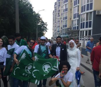 """عريس مصري يحتفل بزفافه في ساحات ملعب مباراة """" السعودية ومصر"""""""