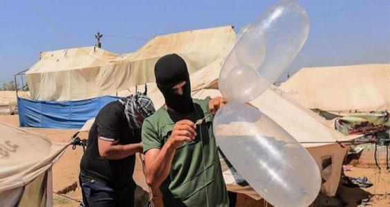 إطلاق عشرات البالونات الحارقة من غزة فجر اليوم