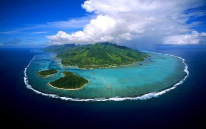"""شاطئ يضم """"جزيرة"""" فريدة من نوعها.. لن تتوقعوا كيف أُنشئت!"""