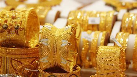 الذهب يهبط لأدنى مستوى له خلال عام والدولار في ارتفاع