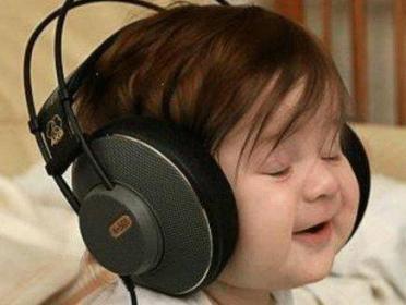 لا تتركوا أطفالكم يستمعون الموسيقى بسماعات الأذن