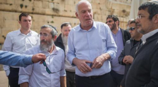 وزير الزراعة الإسرائيلي يقتحم المسجد الأقصى المبارك