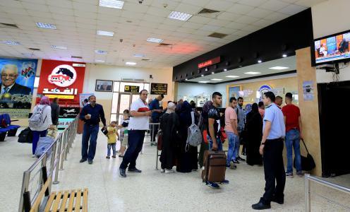 الاحتلال يمنع 17 فلسطينياً من السفر عبر معبر الكرامة