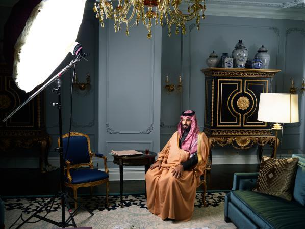 """محمد بن سلمان خلال جلسة تصوير داخل """"بلازا"""""""