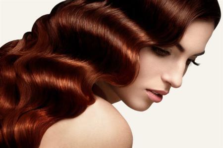 كيف تحصلين على شعر مموج دون استخدام مكواة الشعر؟