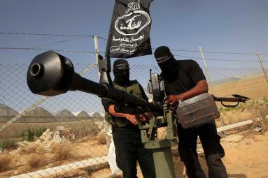 شاهد لحظة نجاة عناصر ألوية الناصر من قصف إسرائيلي بغزة