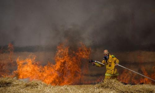 حرائق هائلة في مستوطنات غلاف غزة بسبب البالونات الحارقة