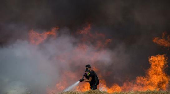 """إصابة جندي إسرائيلي خلال إطفاء حريق بـ """"غلاف غزة"""""""