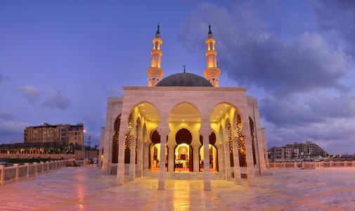 في غزة.. مساجد بملايين الدولارات وفقراء بلا مأوى
