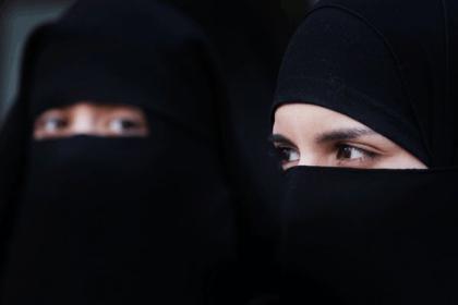 شاهد.. لحظة قيام فتاتين منقبتين تسرقان من أحد المتاجر في السعودية