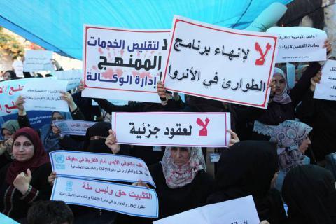 غزة.. مئات من موظفي الأونروا يحاصرون مكتب مدير العمليات ويطالبون برحيله فورا