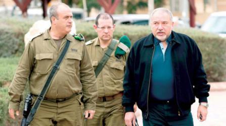 معاريف: خلافات حادة بين ليبرمان وقيادة الجيش بشأن عملية عسكرية بقطاع غزة