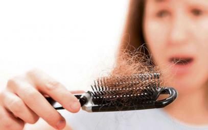 هل تعانين من تساقط الشعر؟ جربي هذه الطرق الطبيعية