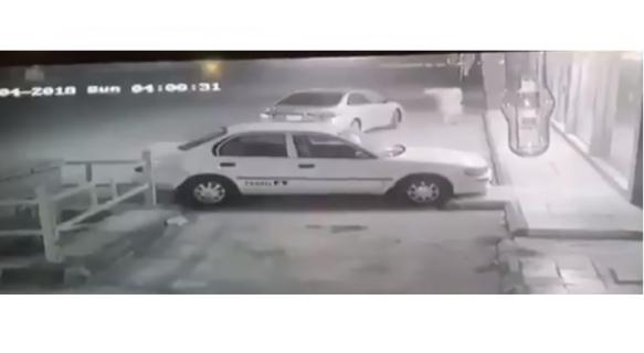 شاهد.. لحظة اصطدام سيارة شرطة بلصين حاولا السطو على صيدلية