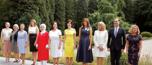 ماذا يفعل هذا الرجل بين زوجات قادة الناتو؟