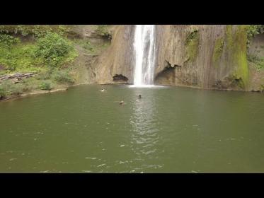 شاهد.. لحظة غرق مغني شهير أثناء تصوير أغنية في بحيرة بالإكوادور!
