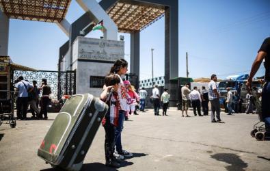 السلطات المصرية تغلق معبر رفح وتعيد فتحه غدا