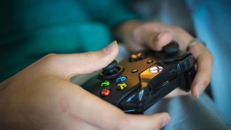 """لعبة إلكترونية """"مجانية"""" تهدد الأطفال.. وتحذيرات للآباء"""