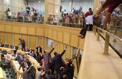 فيديو.. الأمن الأردني يمنع مواطنا حاول إلقاء نفسه من شرفة مجلس النواب