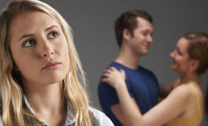 5 علامات تخبرك أن صديقتك معجبة بزوجك في السر