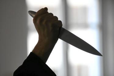 رجل يقدم على قتل طفلة.. رفضت أن يقبلها فذبحها بالسكين!