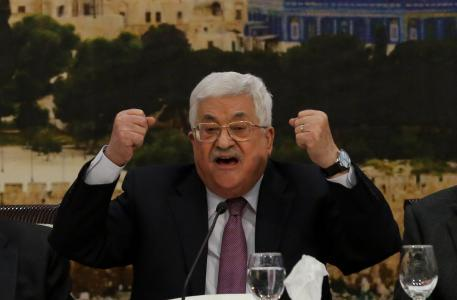ميدل إيست آي: أبومازن لمسئولين مصريين أنتم تلعبون بملعبنا بتدخلكم في غزة!