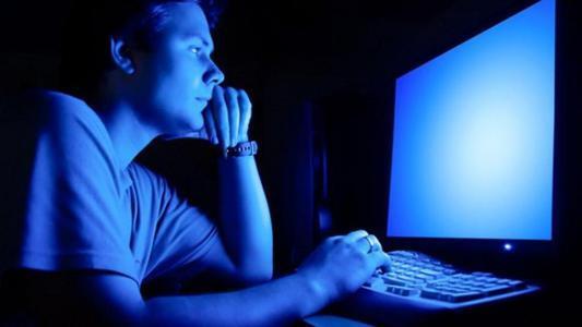 """ضوء الأجهزة الإلكترونية الأزرق """"سم"""" فتاك بالعيون"""