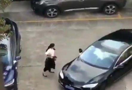 بالفيديو.. شاهد ماذا فعلت امرأة بقائد سيارة كاد أن يدهسها !