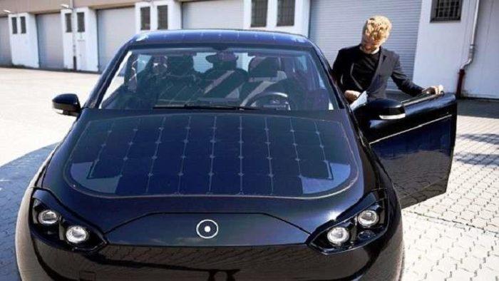 شاهد| أول سيارة تعمل بالطاقة الشمسية في العالم