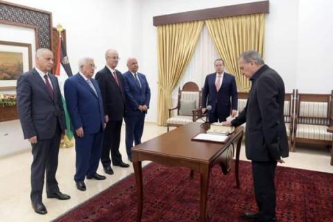 أبو ردينة يؤدي اليمين الدستورية نائباً لرئيس الوزراء ووزيراً للإعلام