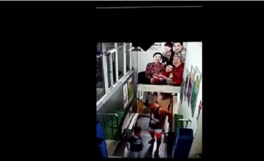 بالفيديو.. أب وابنه يفلتان من حادث مروع في الصين في اللحظة الأخيرة