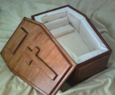 شاهد | امرأة توهم زوجها بحملها توأم وتتطلب دفن احدهما في القبر