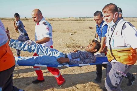 """استشهاد مسعف واصابة العشرات برصاص الاحتلال في جمعة """"الحرية والحياة لغزة"""""""