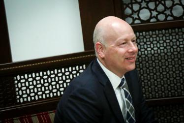 الكشف عن تفاصيل لقاء سري بين غرينبلات ونجل أبومازن