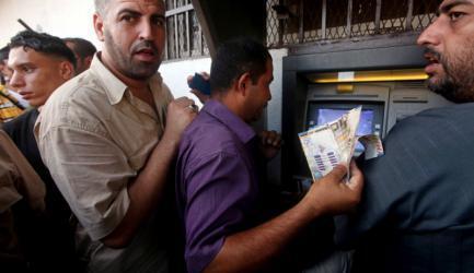 صرف رواتب الموظفين في غزة والضفة الخميس