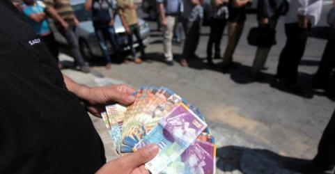 وقفة في غزة تضامنا مع معتقلين فلسطينيين مقطوعة رواتبهم