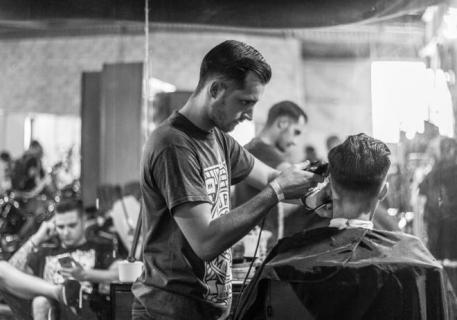 بالوصفات الطبيعية.. أفضل طرق علاج قشرة الشعر للرجال