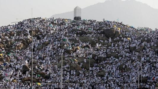 الحجاج يصعدون على جبل عرفات لتأدية الركن الأعظم