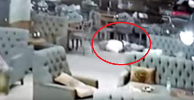 بالفيديو.. يقتل شقيق زوجته بدم بارد في مقهى مزدحم بالزبائن