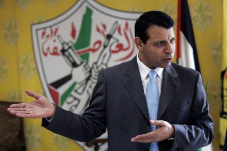 موقع إسرائيلي: هل محمد دحلان سبب معارضة أبومازن لاتفاق التهدئة في غزة ؟