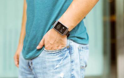 ساعة يد تتحول إلى مكيف متنقل!