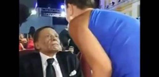 نظرة عادل إمام عند تقبيله إعلامية شهيرة تثيرُ جدلاً.. ما علاقة غادة عبد الرازق؟