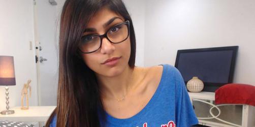 """ماذا تفعل """"مايا خليفة"""" في مظاهرات البصرة العراقية (فيديو)"""