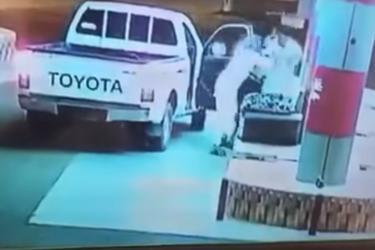 بالفيديو.. لصوص يختطفون عامل محطة وقود لسرقة الاموال التي معه بالسعودية