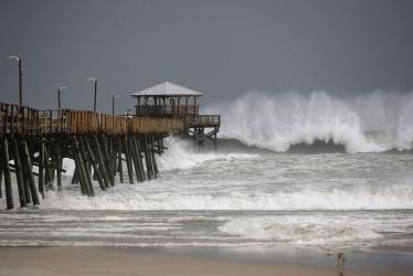 بالفيديو.. مشاهد مخيفة لإعصار فلورانس تدب الرعب في قلوب ملايين الأمريكيين