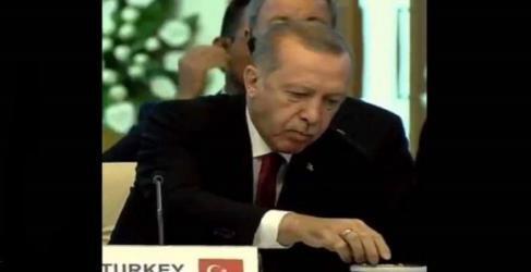 بالفيديو.. أردوغان يتجاهل كلمة رئيس إيران ويتناول المكسرات