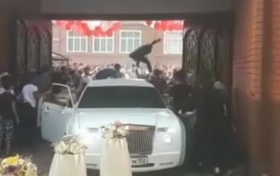 شجار فردي يتحول إلى جماعي قبل الدخول إلى حفل الزفاف (فيديو)